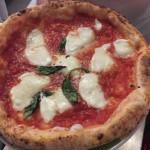"""Una """"verace"""" pizza napoletana da Rosso Pomodoro a Corso V.Emanuele, Napoli."""